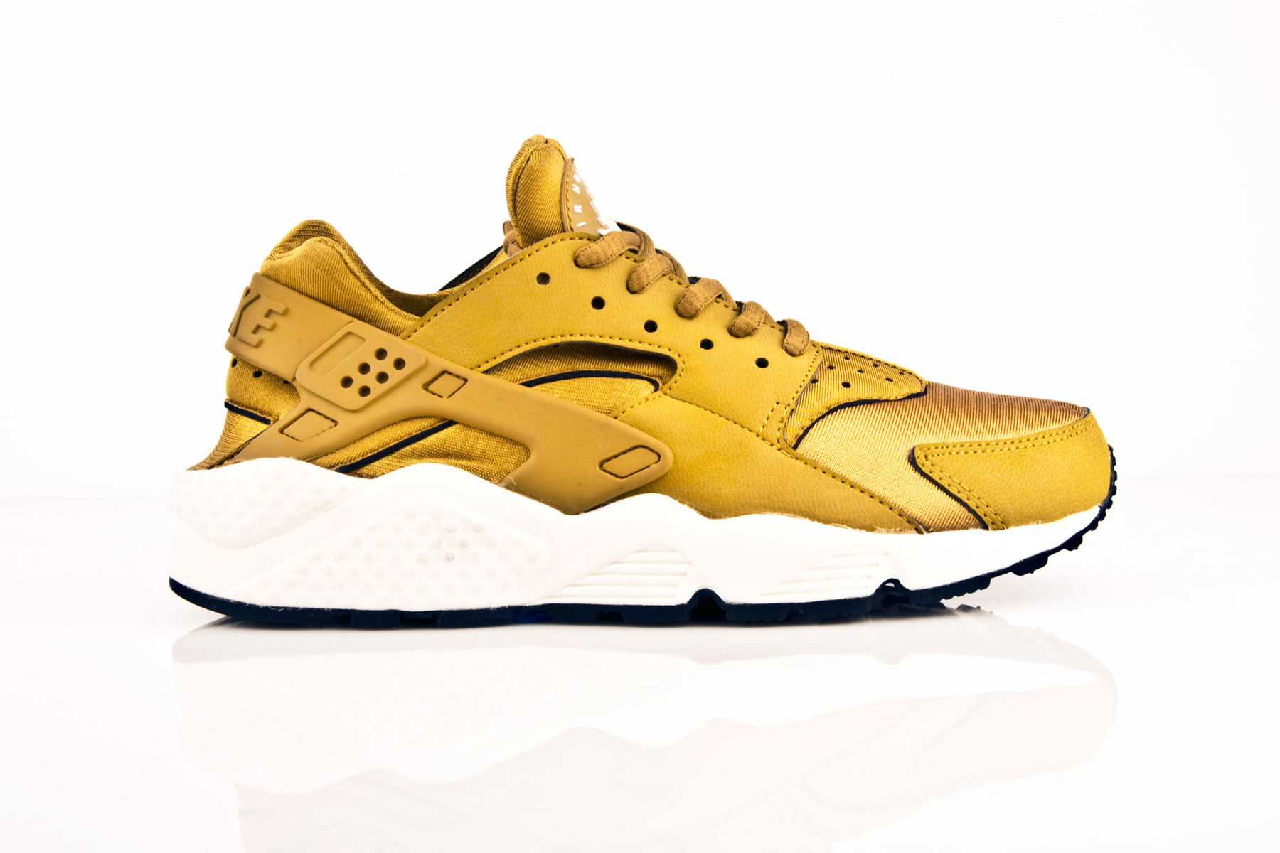 nike air huarache sort and gold